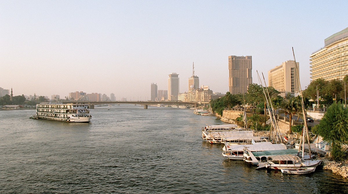 Cairo_Nile_a_view_from_Tahrir_Bridge_towards_North_Egypt_Oct_2004